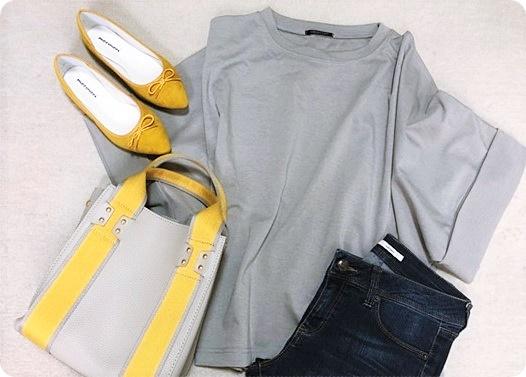 ファッションコーデ グレーに差し色イエローコーデ