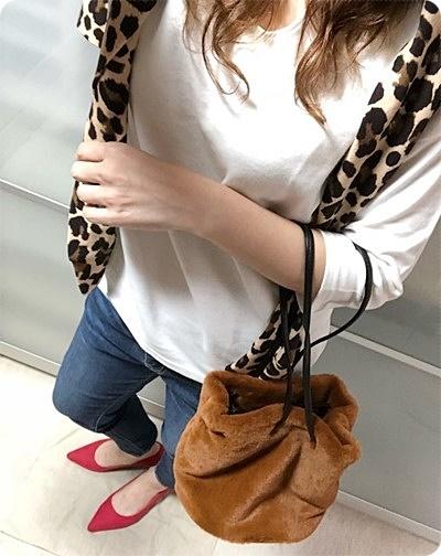 ファッションコーデ レオパード柄 カーデ ファー巾着バッグ