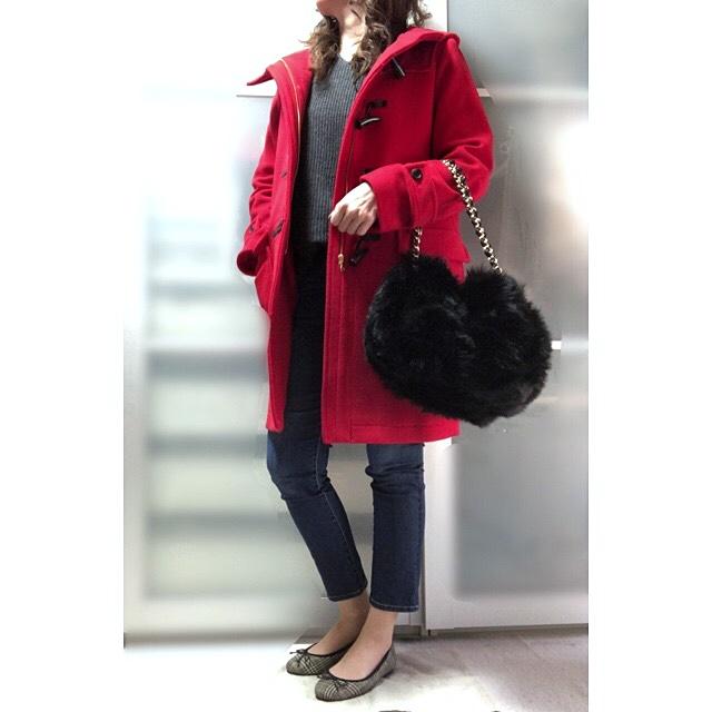 ファッションコーデ 赤ダッフル×ファーバッグ