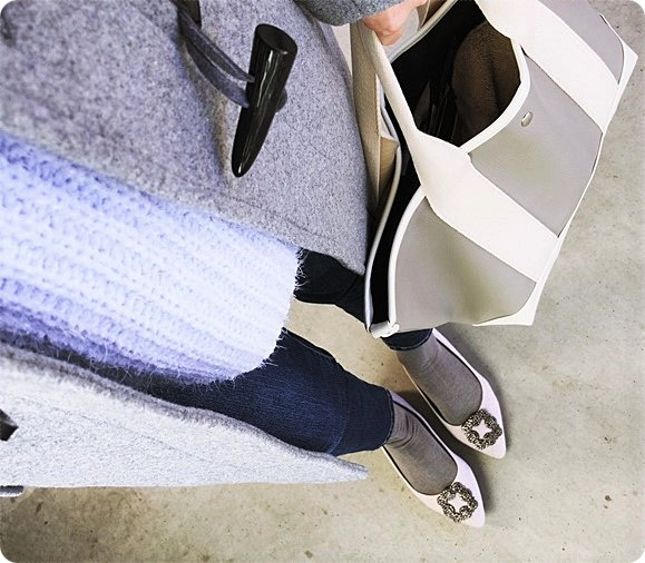 靴下×パンプスコーデ グレー×ブルー